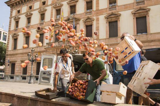 Agricultores de Lleida queman fruta en rechazo a las decisiones de la Comisión Europea.