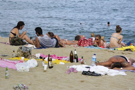 Restos de un botellón celebrado ayer en la playa de la Barceloneta