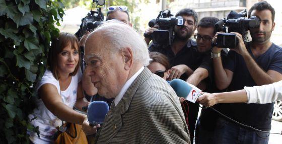 Jordi Pujol es interrogado el pasado lunes por los periodistas al llegar a su domicilio en Barcelona