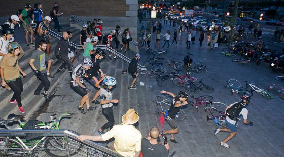 Los ciclistas corren a por sus bicis para comenzar un alleycat en 2012.