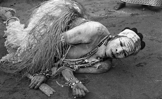 La komián (sacerdotisa) Kodju Niamké, durante su ceremonia de posesión por el espíritu de la pantera.