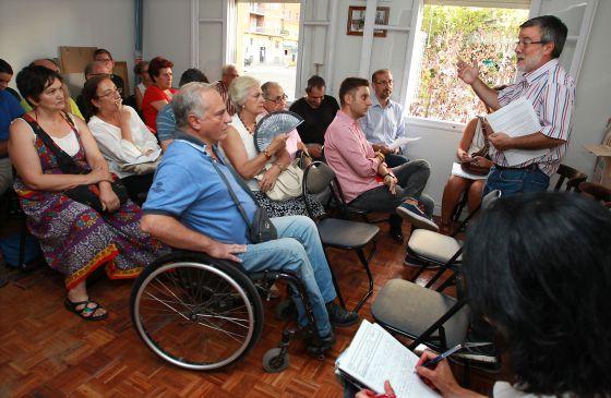 Asamblea de vecinos del distrito de Tetuán celebrada el lunes para expulsar a los okupas de extrema derecha del barrio.