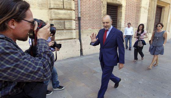 El 'ex número tres' del PP valenciano y exdiputado David Serra sale de declarar como imputado en el Tribunal Superior valenciano en 2012.