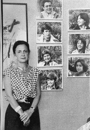 Marta Ferrusola, en su casa de Barcelona en 1987, junto a los retratos de sus siete hijos.