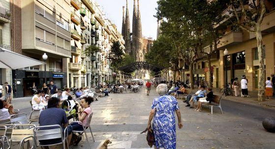 Una mujer mayor camina por el barrio de la Sagrada Familia, en Barcelona.