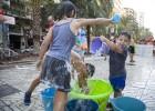 Protesta pasada por agua contra el calor en las aulas