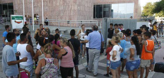 Familiares de los detenidos, ante el juzgado de Málaga.