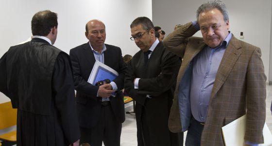 Pacheco (derecha) en la Audiencia de Cádiz en 2013.