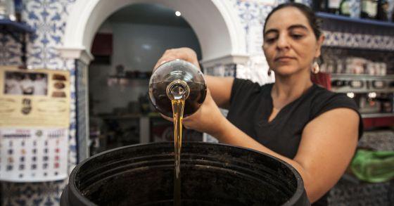 La propietaria del bar La Parada (Puerto Real) recicla el aceite usado.