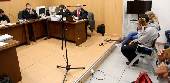 Visión del juzgado de lo penal número cinco de Getafe durante el juicio. A la derecha, cubriéndose el rostro, los dos acusados.