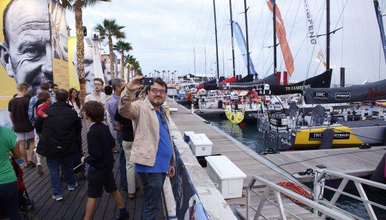Un visitante del Race Village de la Volvo Ocean Race hace un 'selfie' frente a los barcos de la regata