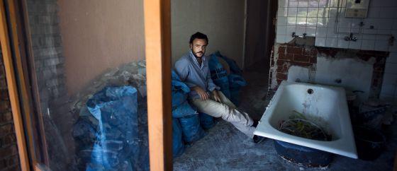 Santiago, dueño de una empresa de alquiler de apartamentos.
