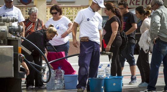 Vecinos de Cádiz se abastecen de agua tras el corte de suministro.