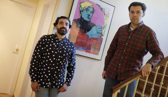 Ricardo Lucas e Iván Vallejo, en su domicilio de Sevilla.