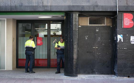 Dos agentes de la Guardia Urbana custodian la oficina de los servicios sociales de Ciutat Meridiana.