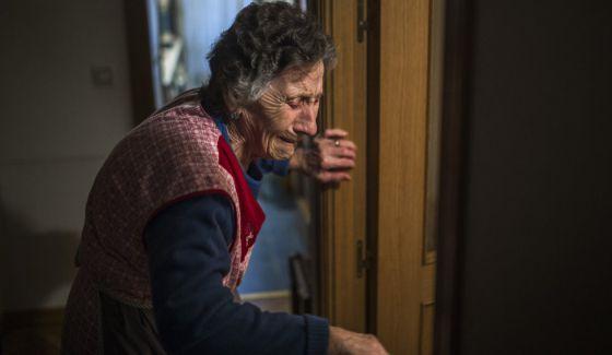 Carmen Martínez Ayudo, de 85 años, llora durante su desahucio.