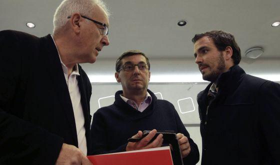 El líder de IU, Cayo Lara, (izquierda) conversa con José Luis Centella (centro), líder del PCE, y Alberto Garzón, portavoz de IU, en una reunión del partido.