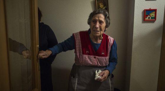 Carmen Martínez reacciona al ver a la policía en su vivienda.