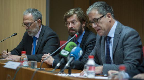 Desde la izquierda, los jueces decanos de Madrid, Antonio Viejo; la Audiencia Nacional, Santiago Pedraz, y Valencia, Pedro Viguer, durante la presentación del documento.