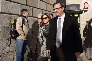 De izquierda a derecha Muriel Casals, Carme Forcadell y Josep Maria Vila d'Abadal, representantes de las entidades soberanistas, llegan al Palau.
