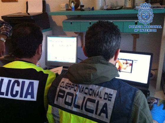 Agentes de la policía revisan el material incautado.
