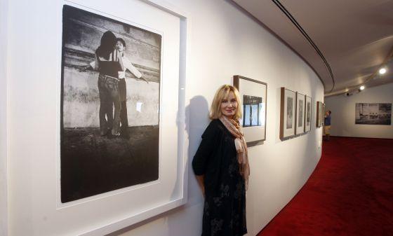 Jessica Lange junto a sus fotografías cuando las expuso en 2011 el centro Niemeyer de Avilés.