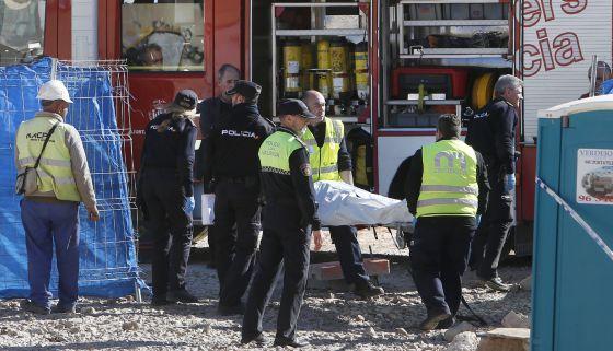 Traslado del cadáver del hombre fallecido al caerle un muro en Benimàmet.