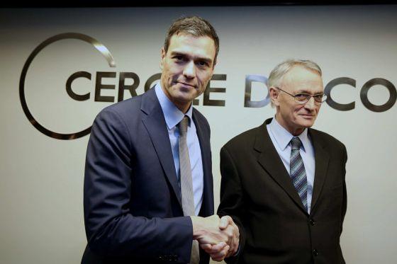 Pedro Sánchez saluda a Antón Costas, presidente del Círculo de Economía.
