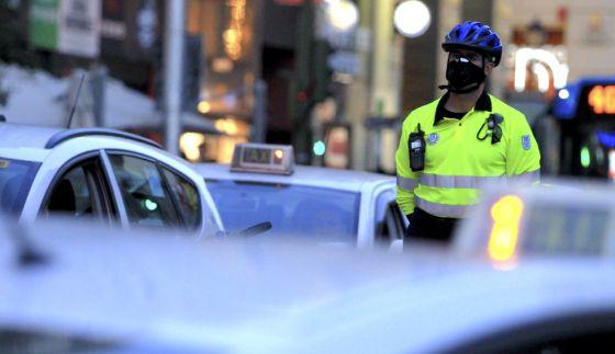 Un agente de movilidad supervisa el tráfico en la capital.