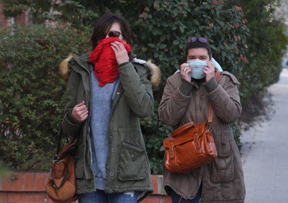 Dos mujeres en las calles de Igualada.