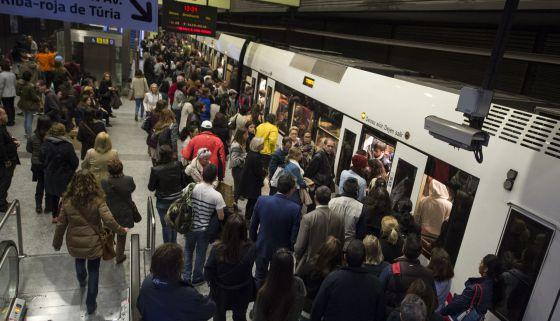 Cientos de viajeros de metro atestan los andenes del metro durante los paros de marzo de 2015.