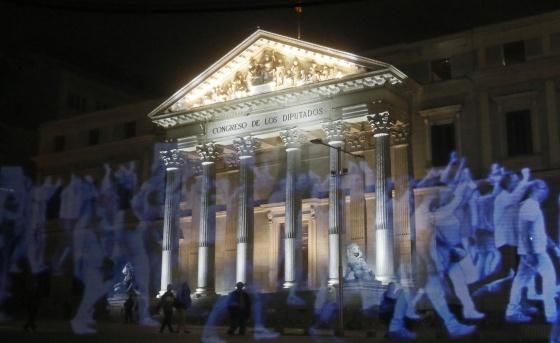 Holograma de la manifestación, anoche frente al Congreso de los Diputados, convocada por la plataforma No Somos Delito.