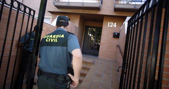 Agentes de la Guardia Civil en el portal de la avenida del Príncipe de Asturias en Villaviciosa de Odón.