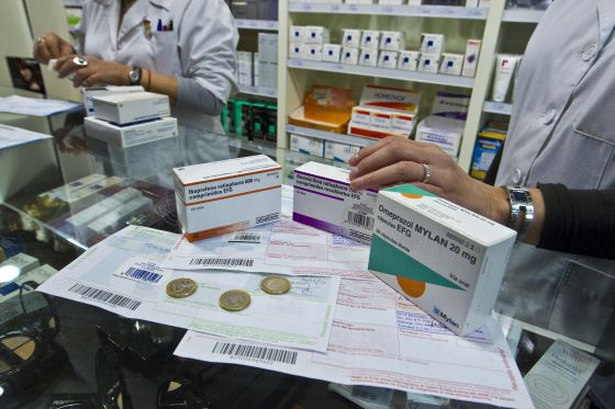 Una farmacia dispensa medicamentos.