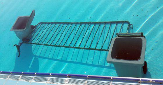 Nuevos actos vand licos en las piscinas madrid el pa s for Piscina de san blas