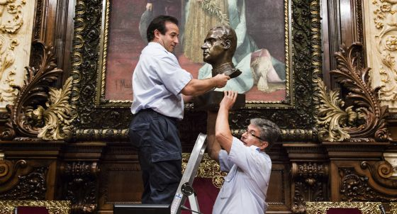 Retirada del busto de Juan Carlos I del Ayuntamiento de Barcelona.