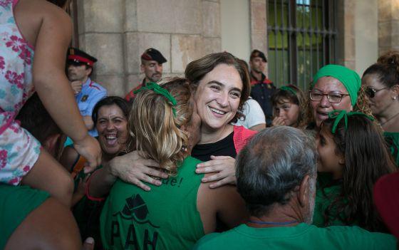Ada Colau y miembros del PAH celebran la adopciòn de la ley contra los desahucios por el Parlamento Catalano. 2015. (credito A. Garcia)
