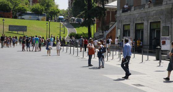 Varios turistas durante su visita al Museo del Prado de Madrid, la comunidad autónoma con mayor renta per cápita de España.