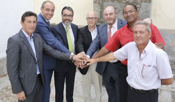 Desde la izquierda, los alcaldes César Muñoz (Villanueva de Perales), Asensio Martínez (Sevilla la Nueva), Borja Gutiérrez (Brunete), Florentino Serrano (Quijorna), Andrés Samperio (Navalagamella) y Juan Antonio de la Morena (Villamantilla) y el edil delegado de Valdemorillo, Luis Hernández.