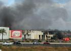 Los bomberos sofocan un incendio en una antigua cárnica de Paterna