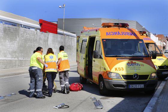 Técnicos del SEM asisten a un peatón tras un accidente en Terrassa