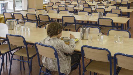 Un niño en el comedor escolar.