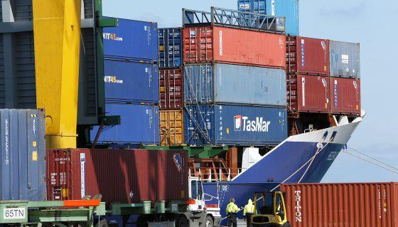 Carga de mercancías en un buque en el puerto de Valencia.