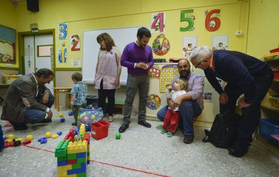 Soler, Marzà y Ribó en la nueva aula para niños de dos años en el Federico García Lorca.