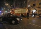 Un chaparrón provoca cortes de calles y metro y derriba un árbol sobre un coche