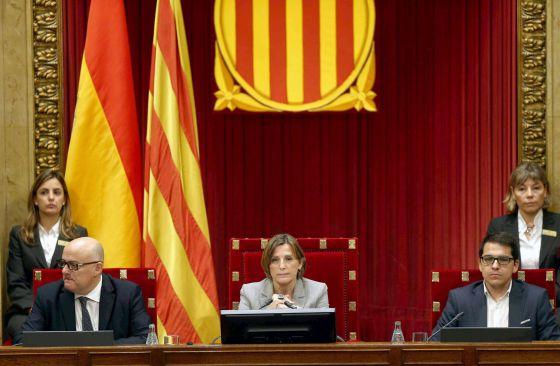 La presidenta Carme Forcadell, junto a los vicepresidentes Lluis Corominas (i) y José Maria Espejo-Saavedra (d).