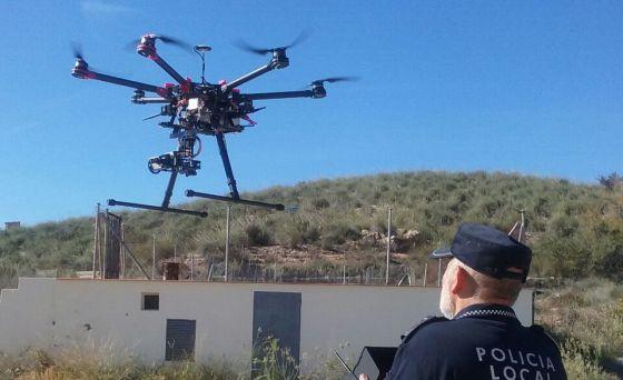Un policía de Novelda con uno de los drones.