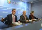 El portavoz del Gobierno, Josu Erkoreka, este martes junto a los consejeros Ángel Toña y Ana Oregi.