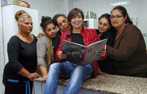 Las participantes del curso de cocina, con Rosi, la autora del libro, en el colegio Santiago Apóstol.