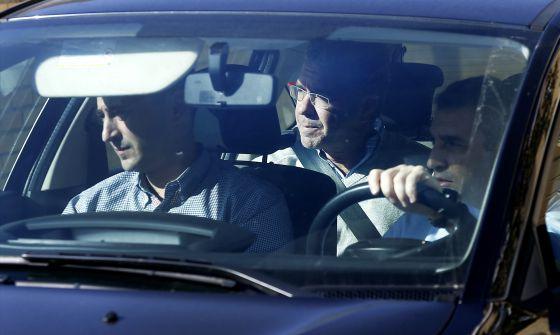 Granados (en el centro), en un coche de la Guardia Civil tras un registro en octubre de 2014.